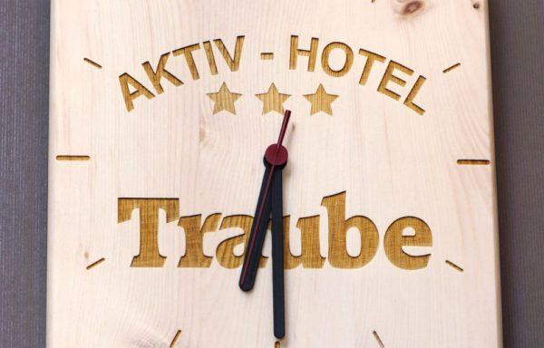 Zirben Wanduhr mit Logo