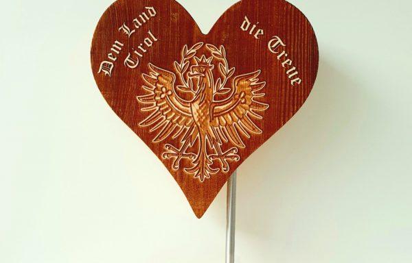 Zirbenherz Tirol Adler auf dem Sockel